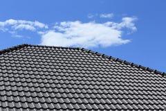 Черная крыша плиток на новом доме Стоковое Фото