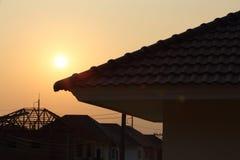Черная крыша плиток на новом доме Стоковые Изображения RF