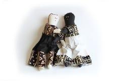 Черная кукла и белая кукла держа включение концепции рук, расовую сработанность, единение Стоковые Изображения RF