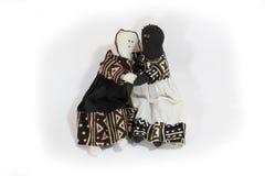 Черная кукла и белая кукла обнимают прощение концепции, примирение Стоковые Фото