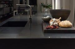 Черная кухня гранита стоковая фотография rf