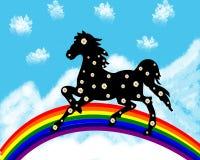 Черная лошадь в camomiles на радуге Стоковое фото RF