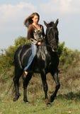 черная лошадь довольно предназначенная для подростков Стоковое Изображение