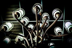 Черная люстра с стальной структурой стоковая фотография