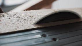 Черная металлическая таблица с круглой пилой режа деревянную планку в комнате дневного света сток-видео