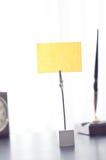 Черная метка для ярлыка стоя на таблице Стоковые Фото