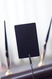 Черная метка для ярлыка стоя на таблице Стоковые Фотографии RF