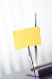 Черная метка для ярлыка стоя на таблице Стоковое Изображение
