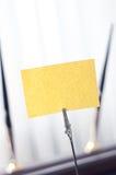 Черная метка для ярлыка стоя на таблице Стоковая Фотография