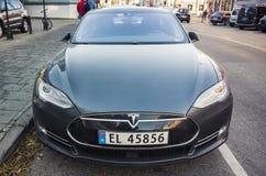 Черная модель s Tesla, конца вид спереди вверх - Стоковая Фотография