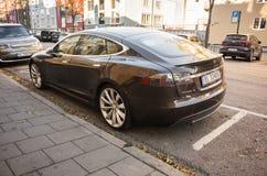Черная модель s Tesla, полноразмерный все-электрический автомобиль Стоковая Фотография