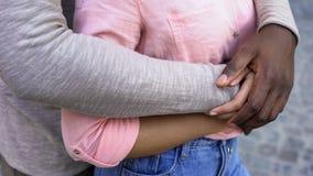 Черная мужская обнимая девушка, романтичная дата в городе, чувствуя безопасный в отношениях стоковое изображение
