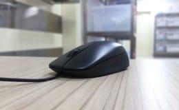Черная мышь на таблице стоковые изображения rf