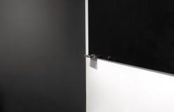 Черная доска Wipe на белой стене Стоковые Фото