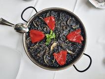 Черная паэлья - блюдо морепродуктов в стиле испанского языка Стоковое Изображение