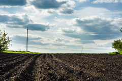Черная почва вспахала поле Стоковая Фотография
