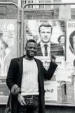 Черная поддержка показа человека этничности к Emmanuel Macron Стоковое Изображение RF