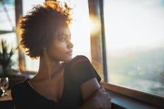 Черная подростковая женщина в туристическом судне стоковое изображение rf