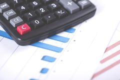 Черная предпосылка калькулятора и миллиметровки цвета стоковая фотография rf