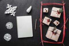 Черная предпосылка Самомоднейший тип Первоначально подарки на зимние отдыхи, в красном прямоугольнике письмо santa Стоковое фото RF