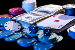 Черная предпосылка с обломоками покера, карточками, долларами Стоковое Фото