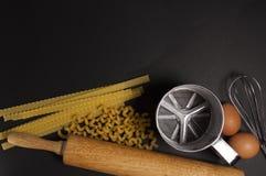 Черная предпосылка с макаронными изделиями Стоковое Фото