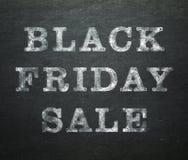 Черная продажа пятницы написанная на доске стоковые изображения rf