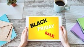 Черная продажа пятницы Электронная коммерция и онлайн ходя по магазинам концепция на экране планшета стоковое изображение