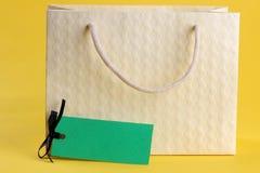 черная пятница Принципиальная схема покупкы сбывание Хозяйственная сумка и продажа ценника на желтой предпосылке стоковая фотография rf