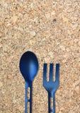 Черная пластичная ложка на опилк Стоковые Фотографии RF