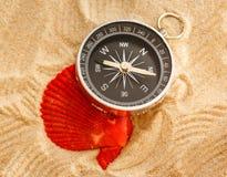 Черная раковина компаса и моря в песке Стоковые Фотографии RF
