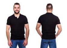 Черная рубашка поло с воротником на молодом человеке Стоковое фото RF