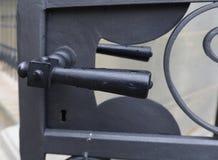 Черная ручка двери металла на внешней двери металла Стоковая Фотография RF