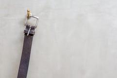 Черная смертная казнь через повешение кожаного пояса на вешалке с, который подвергли действию concre Стоковое Фото