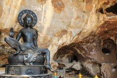 Черная статуя Будды в виске пещеры Стоковая Фотография RF