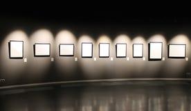 Черная стена с пустыми рамками для фото Стоковая Фотография