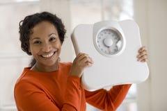 черная счастливая женщина маштаба удерживания