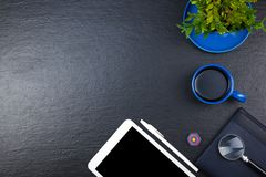 Черная таблица стола офиса с компьютером, ручка и чашка кофе, серия вещей Взгляд сверху с космосом экземпляра Стоковое фото RF