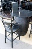 Черная таблица бочонка вина с деревянным местом stools Стоковое Изображение