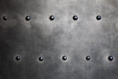 Черная текстура металлической пластины или панцыря с заклепками стоковое изображение rf