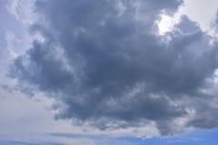 Черная туча с солнечностью в голубом небе стоковые фотографии rf
