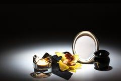 Черная урна с черной лентой, желтой орхидеей для карточки сочувствию Стоковые Изображения RF