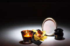 Черная урна с черной лентой, желтой орхидеей для карточки сочувствию Стоковое Фото