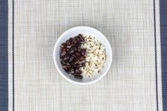Черная фасоль и ось в сладостной сливк кокоса покрыли молоко кокоса Стоковые Фото