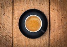 Черная чашка кофе на деревенской таблице от взгляд сверху Стоковое Изображение RF
