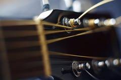 Черная шея гитары на голубой предпосылке стоковое изображение rf