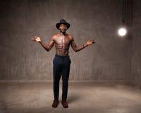 Черная шляпа и брюки молодого человека подходящих сильных физических данных Афро-американская нося представляя танцы стоковые фотографии rf