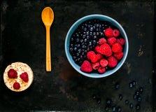 Черника и поленики в голубом шаре, концепция органического шара ягод на винтажной ржавой предпосылке металла стоковое изображение