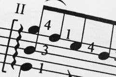 Чернила бумаги листа примечаний уча проведение счета оркестра каннелюры oboe виолончели скрипки арфы saxofon рояля арпеджио музык Стоковое Изображение RF