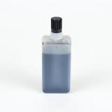 чернила бутылки Крупный план опарника черной жидкости Изолированный на w Стоковое фото RF